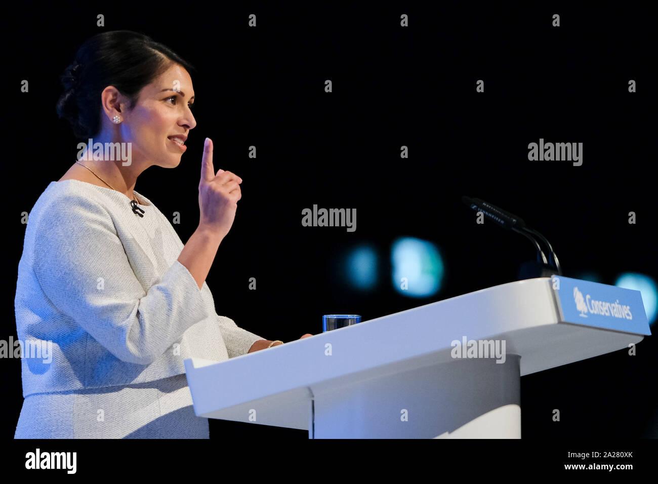 Centre de Manchester, Manchester, Royaume-Uni. 1 octobre 2019. Priti Patel, Ministre de l'intérieur traite de la Conférence d'automne du parti conservateur. . Photo par Julie Edwards./Alamy Live News Banque D'Images