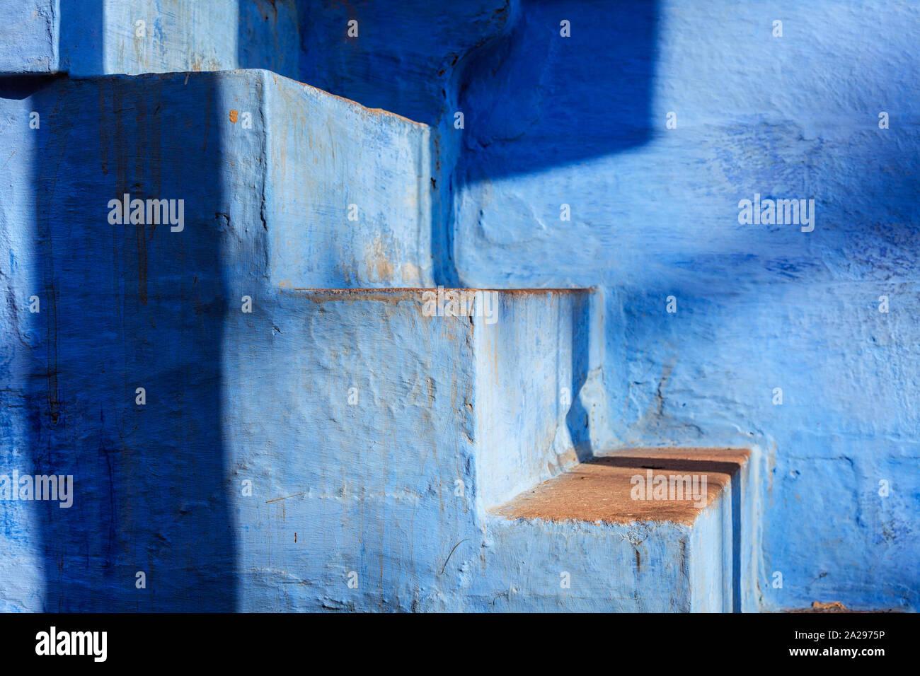 Escaliers de maison peinte en bleu à Jodhpur, ville bleue autour de Fort Mehrangarh. Jodphur, Rajasthan Banque D'Images