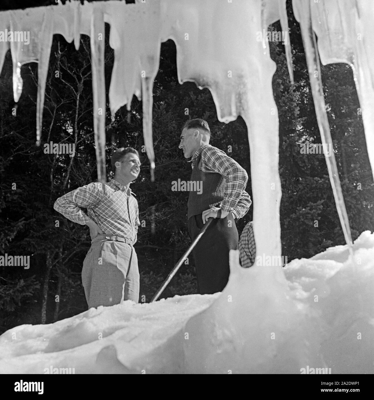Zwei Skiläufer bei einer Unterhaltung, Deutschland 1930er Jahre. Deux touristes de ski chat, Allemagne 1930. Banque D'Images