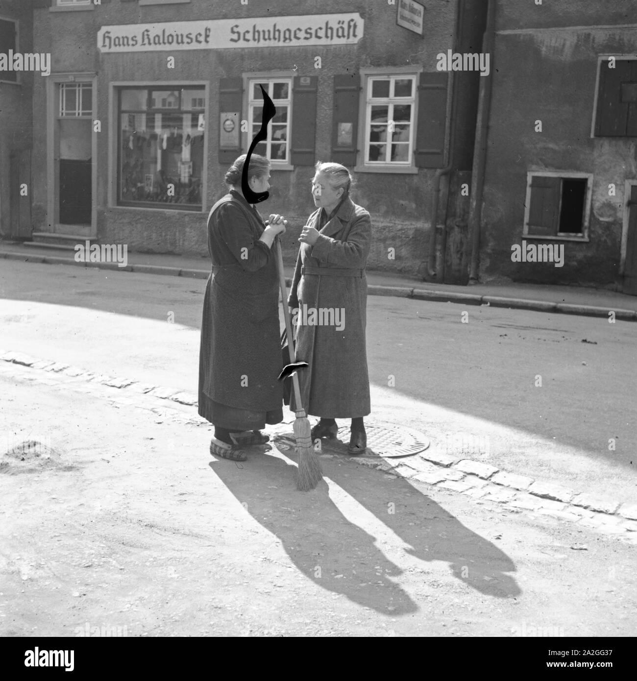 Zwei Frauen sind vertieft dans eine Unterhaltung, Deutschland 1930er Jahre. Deux femmes discutent dans la rue, Allemagne 1930. Banque D'Images