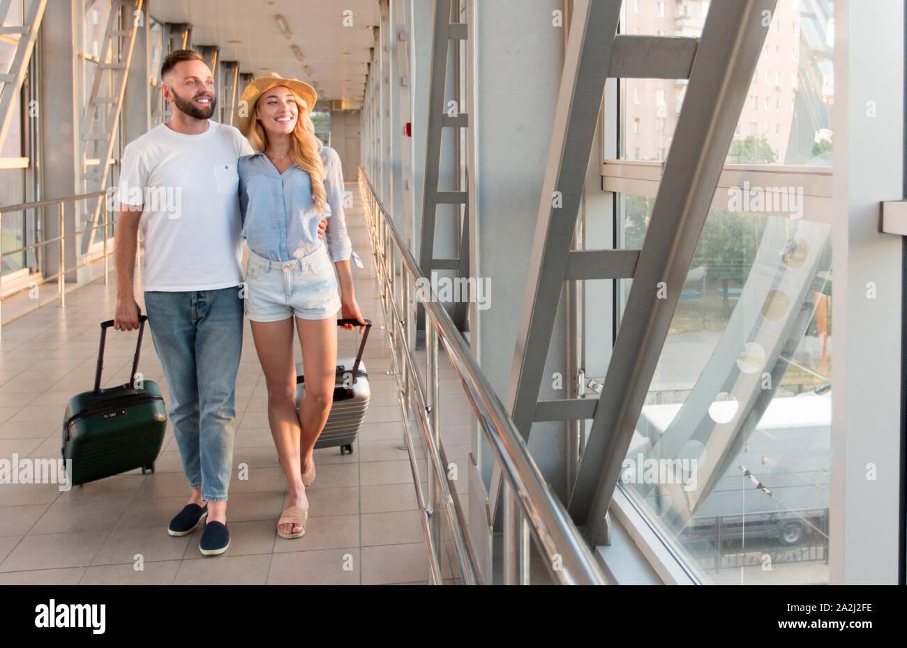 Les nouveaux mariés walking in airport terminal passerelle, copy space Banque D'Images
