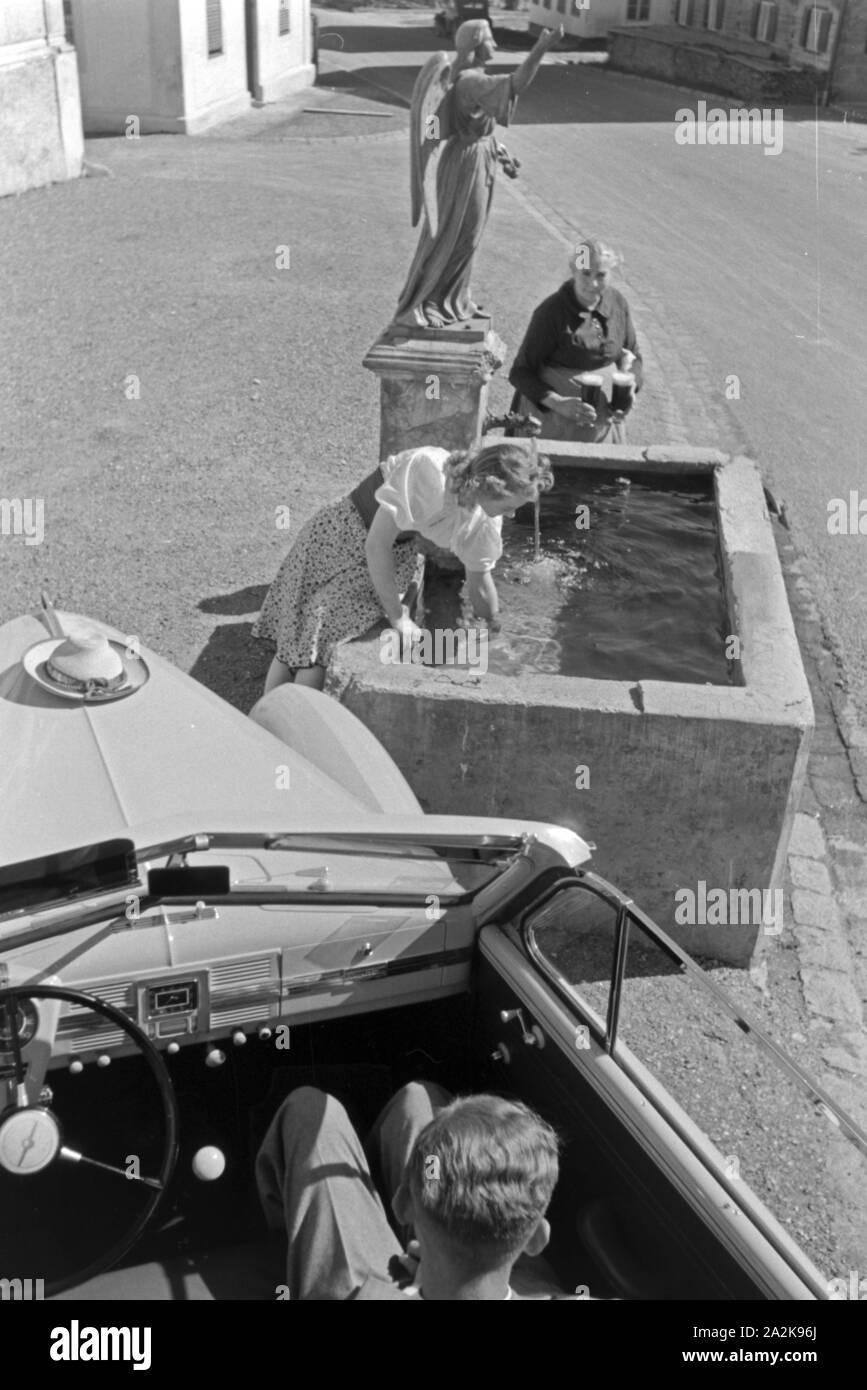 Die österreichische Schauspielerin Gusti Wolf erfrischt sich bei einem Brunnen Ferien auf dem Lande, Deutschland 1930 er Jahre. L'actrice autrichienne Gusti rafraîchissante Wolf à un bien en vacances à la campagne, à l'Allemagne des années 1930. Banque D'Images