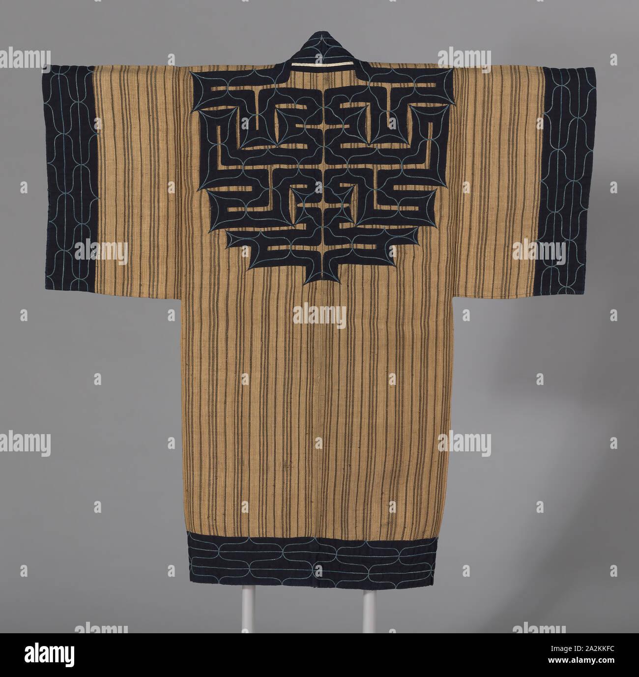 Attus Amip (Man's Coat), fin de la période Edo (1789-1868), ch. 1860, Ainu, le Japon, l'île d'Hokkaido, Japon, orme, à armure toile fibre de l'écorce, centre du dos et bords extérieurs toiles appliquées avec du coton, à armure toile, sur fond avec du coton, à armure toile, brodé avec du coton dans le cas de travaux et formuler, 140,3 x 132,8 cm (55 1/4 x 52 1/4 in Banque D'Images