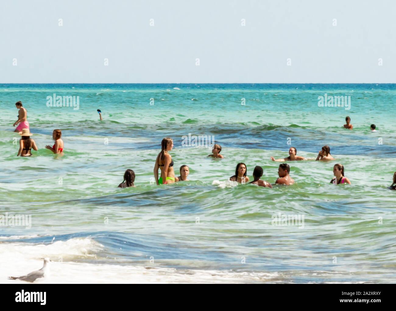 Les adolescents dans les vagues en mer, en Floride Banque D'Images