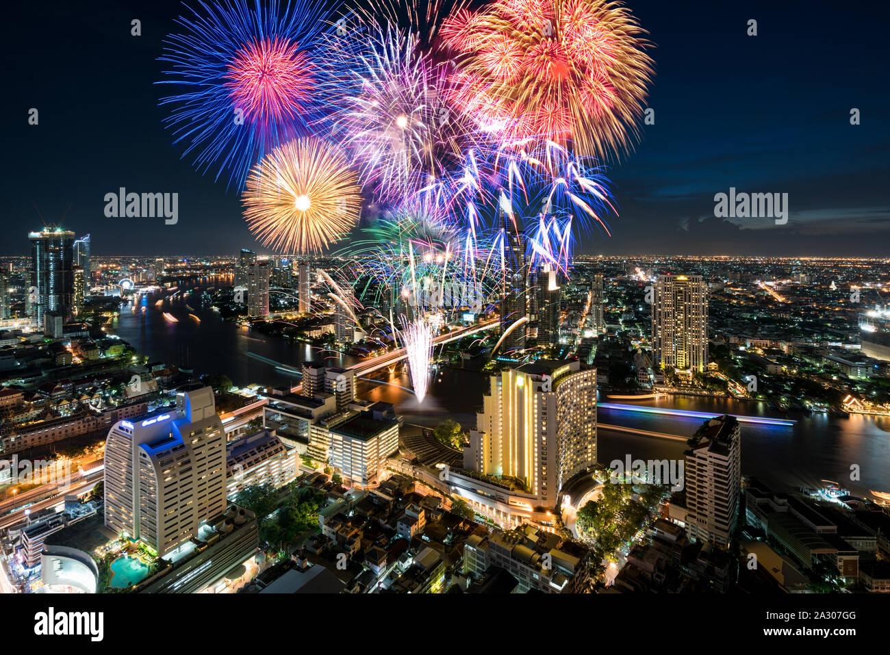 Belle célébration fireworks festival de Loy Krathong ou Nouvel An le long de la rivière Chao Phraya à Bangkok, Thaïlande Banque D'Images