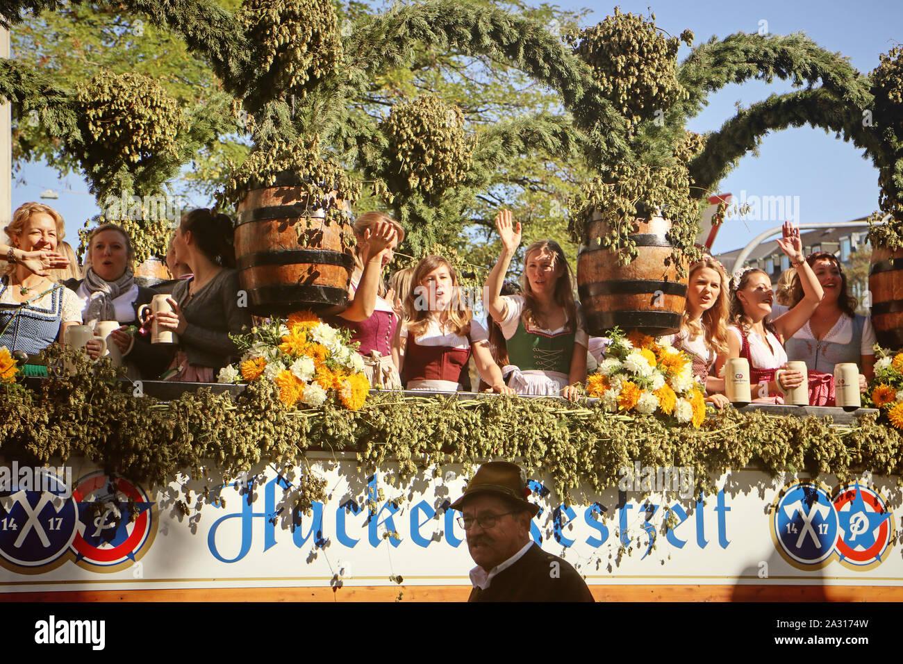 MUNICH, ALLEMAGNE - le 22 septembre 2019 Grande entrée de l'Oktoberfest, les locateurs et les brasseries, parade festive de magnifiques voitures décorées et ban Banque D'Images