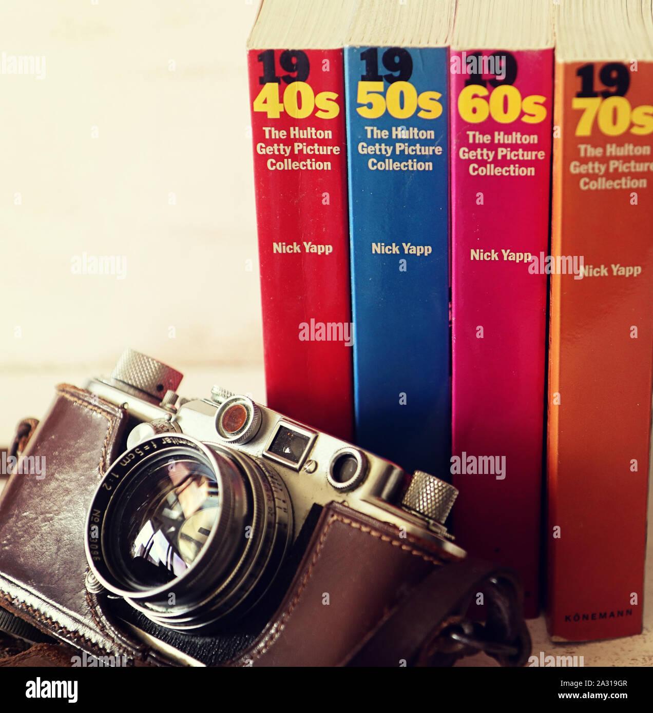 GARCHING, ALLEMAGNE - Vintage Leica Camera et livres avec la Hulton Getty Picture collection d'images analogiques de la période significative Banque D'Images