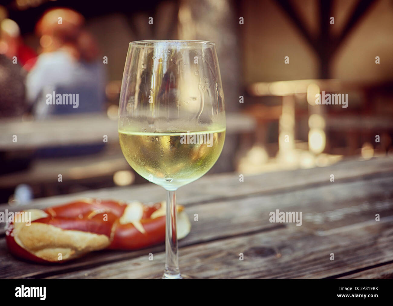 Verre de vin blanc et au café en plein air de bretzel en Bavière Banque D'Images