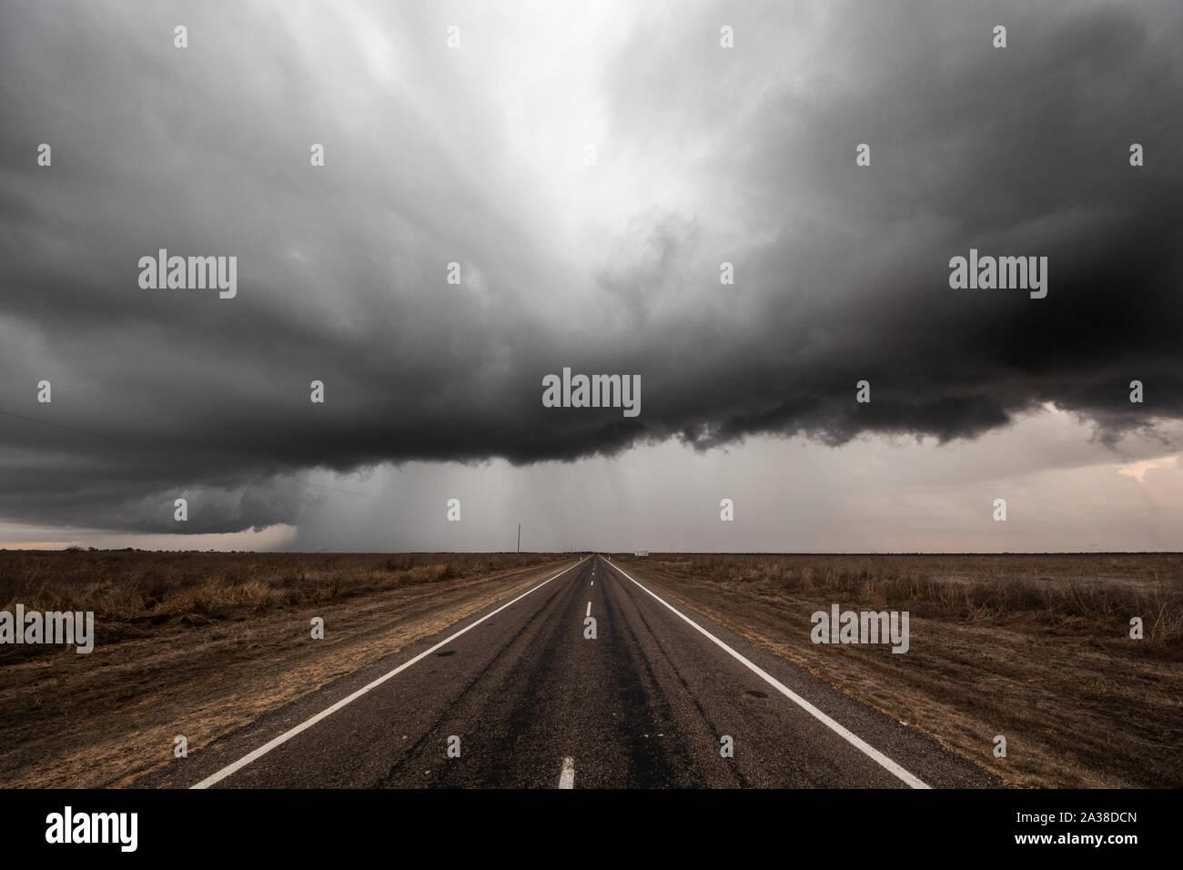 Tempête sur une route droite vide, Queensland, Australie Banque D'Images