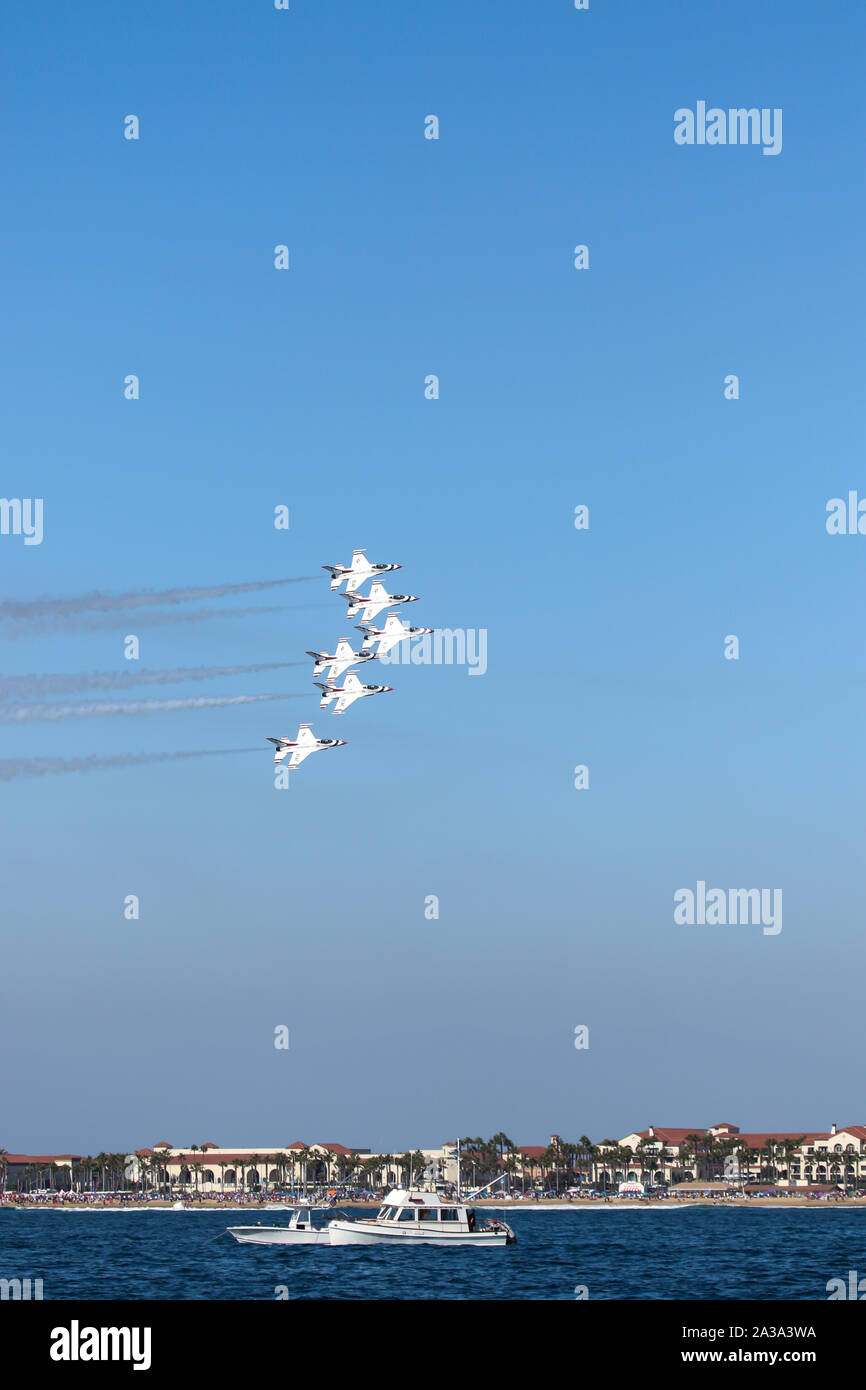 """U.S. Air Force Thunderbirds de l'Escadron de démonstration aérienne """"exécution"""" au grand meeting aérien du Pacifique Huntington Beach Californie USA le plus grand show aérien. Banque D'Images"""