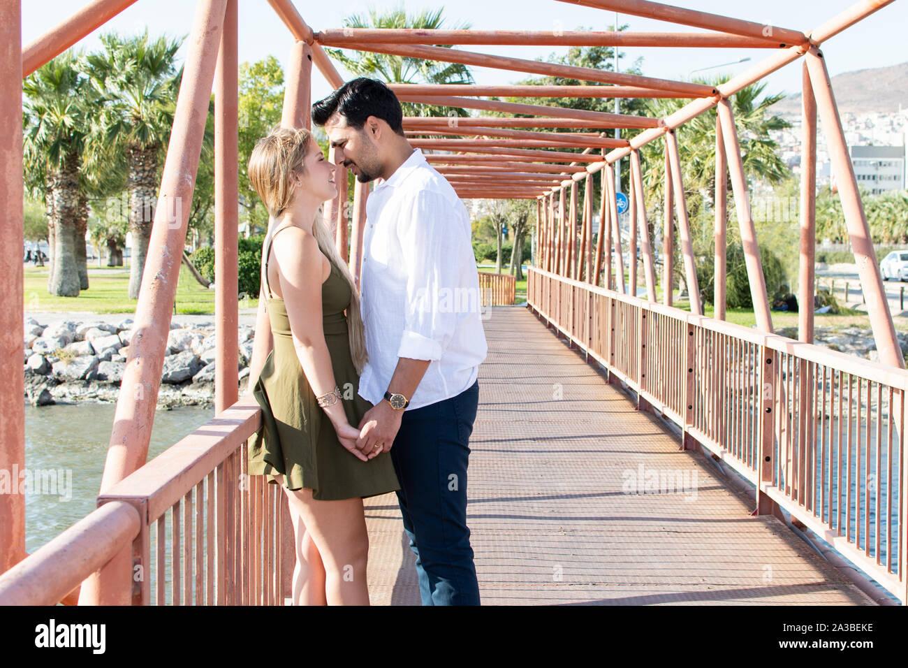 En romantique-amour et happy mixed race couple. Young blonde woman et turc (du Moyen-Orient) l'homme dans l'amour. Les amoureux romantique en vacances. Miel Banque D'Images