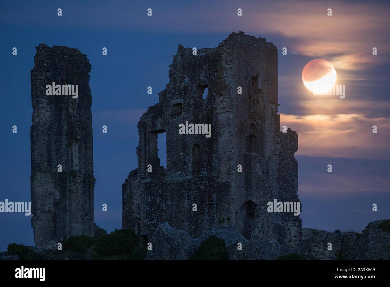 La lune en éclipse partiellement plus de Corfe Castle, Dorset, England, UK Banque D'Images