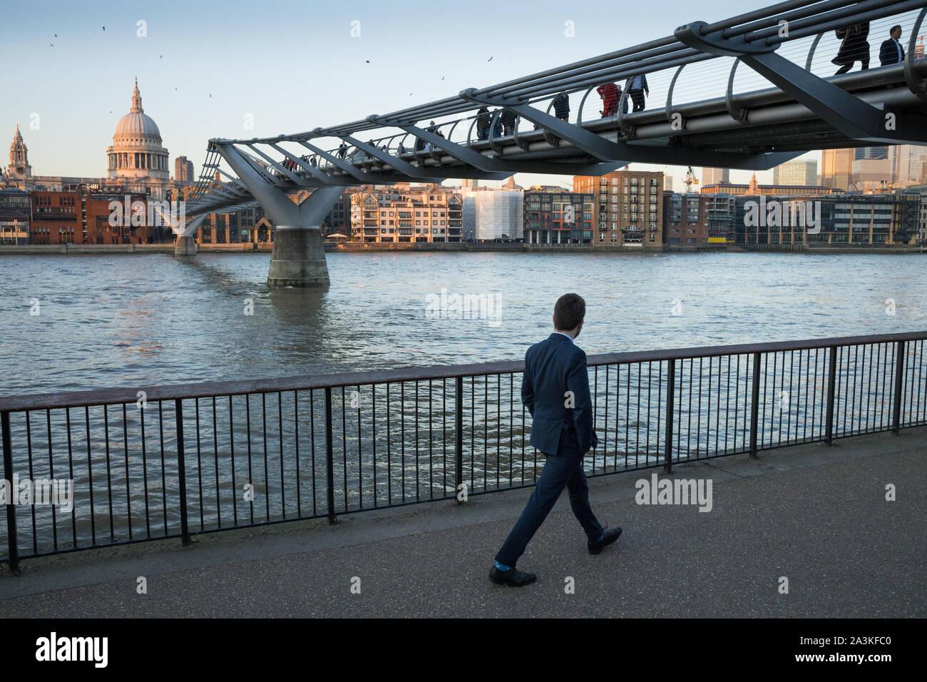 Les piétons circulant sur la rive sud de la Tamise au-delà du Millenium Bridge avec la Cathédrale de St Paul, au-delà, Londres, Angleterre, Royaume-Uni Banque D'Images