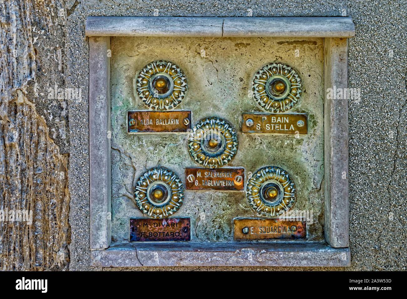 Porte-pousse sur de vieux Appartements en Venise, Italie. Banque D'Images