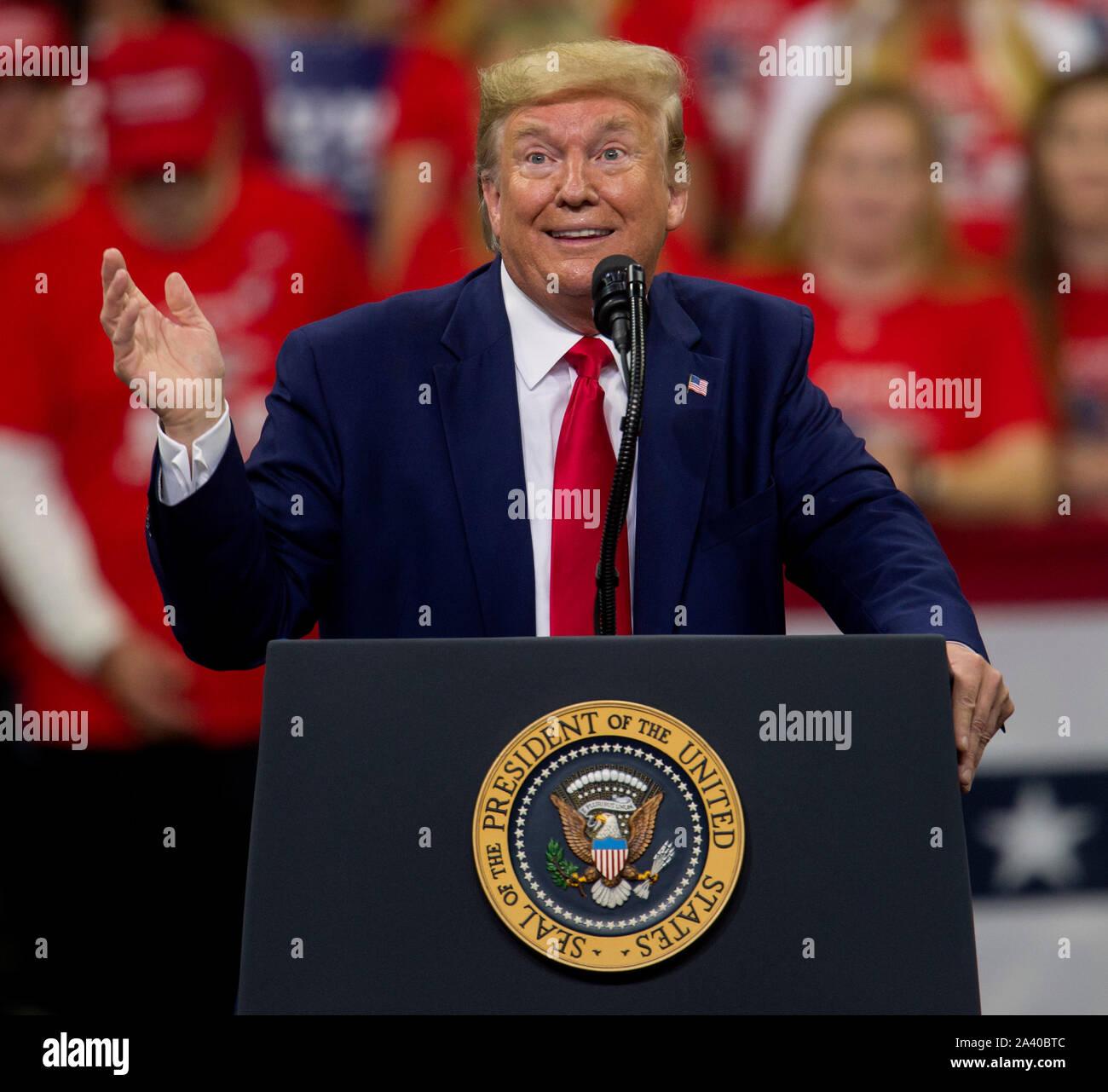 Minneapolis, Minnesota, USA. 10 Oct, 2019. Le président DONALD JOHN TRUMP partisans des adresses à un Keep America grand rassemblement au Centre de la cible. Crédit: Brian Cahn/ZUMA/Alamy Fil Live News Banque D'Images