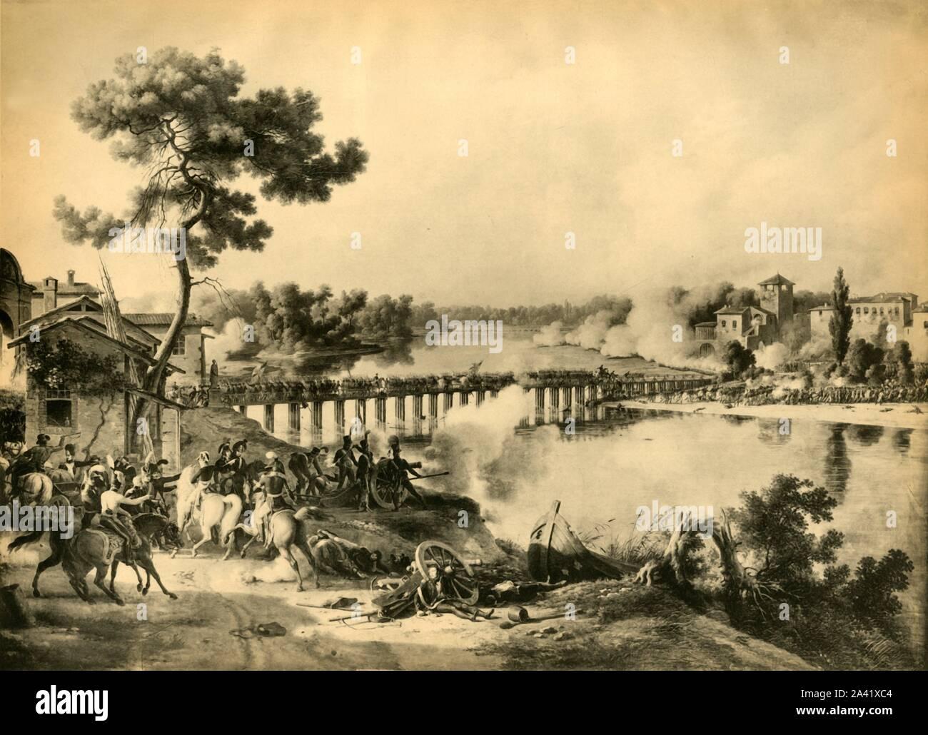 """La bataille de Lodi, 10 mai 1796, (1921). """"L'infanterie de la division Dallemagne franchit le pont sur l'Adda, pendant que la cavalerie passe la rivière&#xe8;re un gu&#xe9;, un peu en amont."""" Les forces françaises du Napoléon Bonaparte s'est battu les Autrichiens dirigés par Karl Philipp Sebottendorf à Lodi, Lombardie, Italie du nord. Napoléon (1769-1821) est vu sur un cheval pâle, donnant des ordres. D'après une peinture de 1804 par Lejeune dans la collection de la mus&#xe9;e de l'Histoire de France, le palais de Versailles, France. À partir de """"Napoléon"""", par Raymond Guyot, [H. Floury, Paris, 1921] Banque D'Images"""