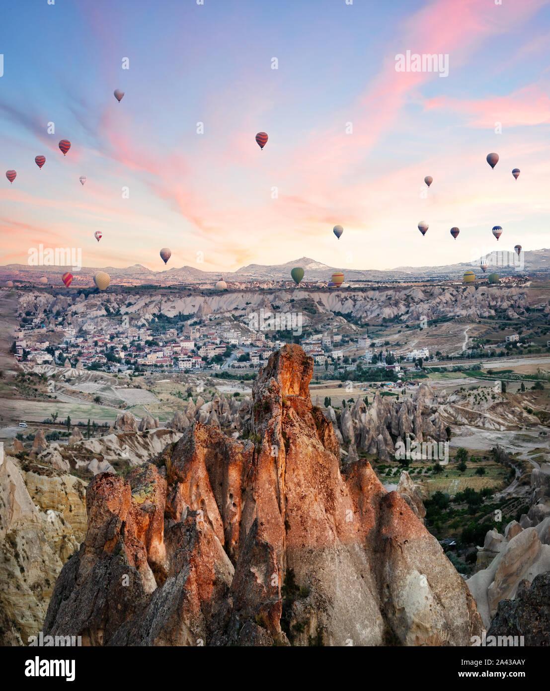Ballons sur les roches de la Cappadoce au petit matin. Aube rose. Göreme, Turquie. Marques déposées Banque D'Images