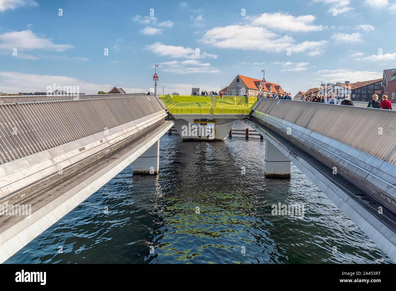 Copenhague, Danemark - septembre 21, 2019: Ouvert en 2016, cet hôtel moderne dispose d'un pont de chemin et design innovants pour les piétons et vélos. Banque D'Images