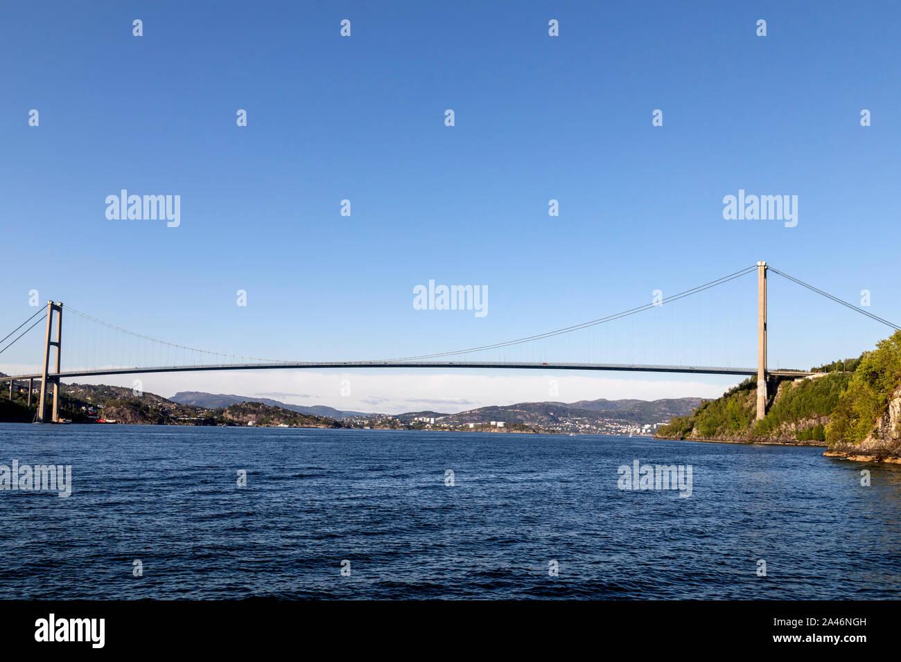 L'Askoy suspension bridge en dehors de Bergen, Norvège, qui relie le continent à l'Askøy island. Banque D'Images