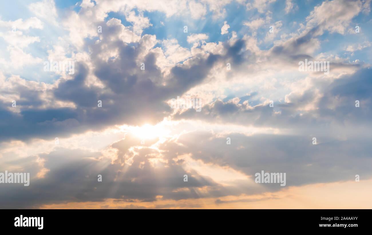 Rayons de soleil brillant à travers les nuages blancs spectaculaires, d'espoir et de religion concept Banque D'Images