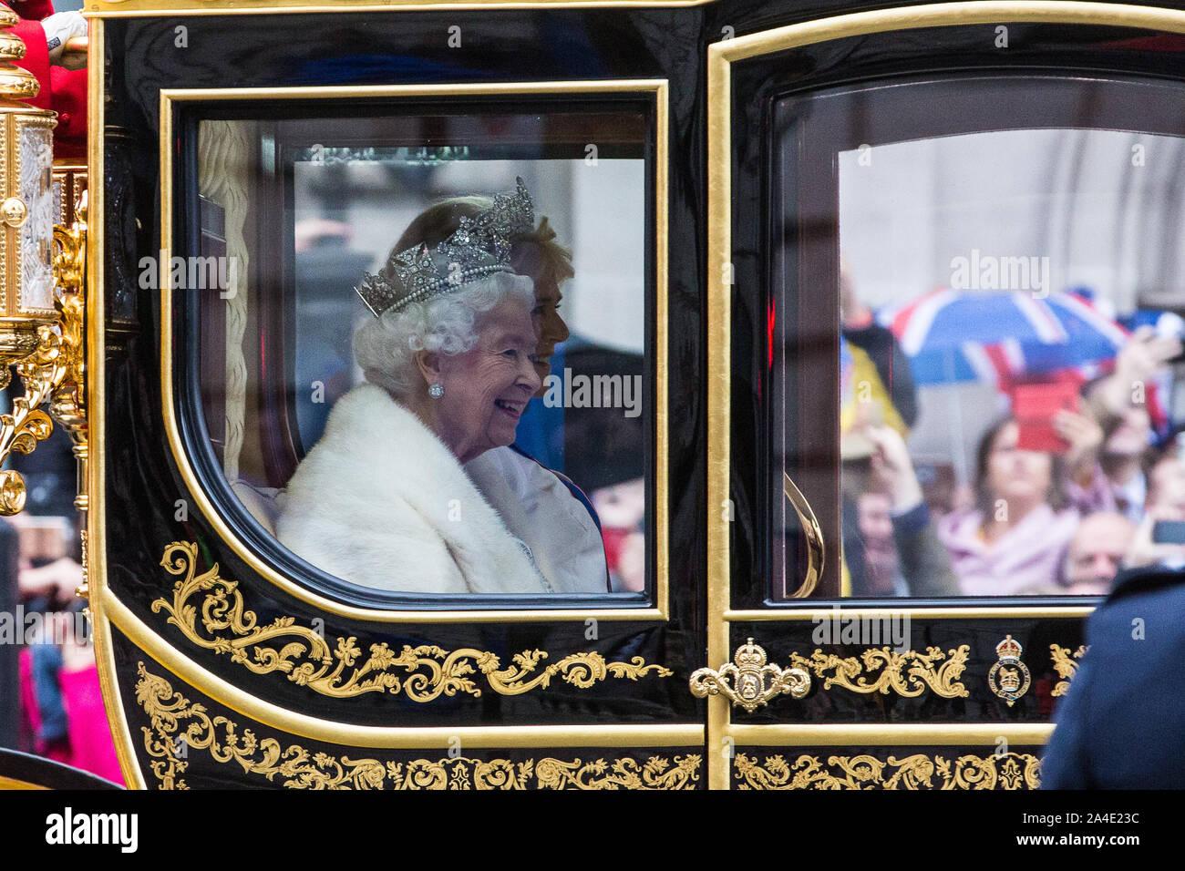 Londres, Royaume-Uni. 14 octobre, 2019. La Reine fait son chemin le long de Whitehall, assis à côté de la duchesse de Cornouailles dans un état coach construit en 2010, en route de Buckingham Palace à la Chambre des lords pour l'ouverture du Parlement et d'un très controversé Discours de la reine. Credit: Mark Kerrison/Alamy Live News Banque D'Images