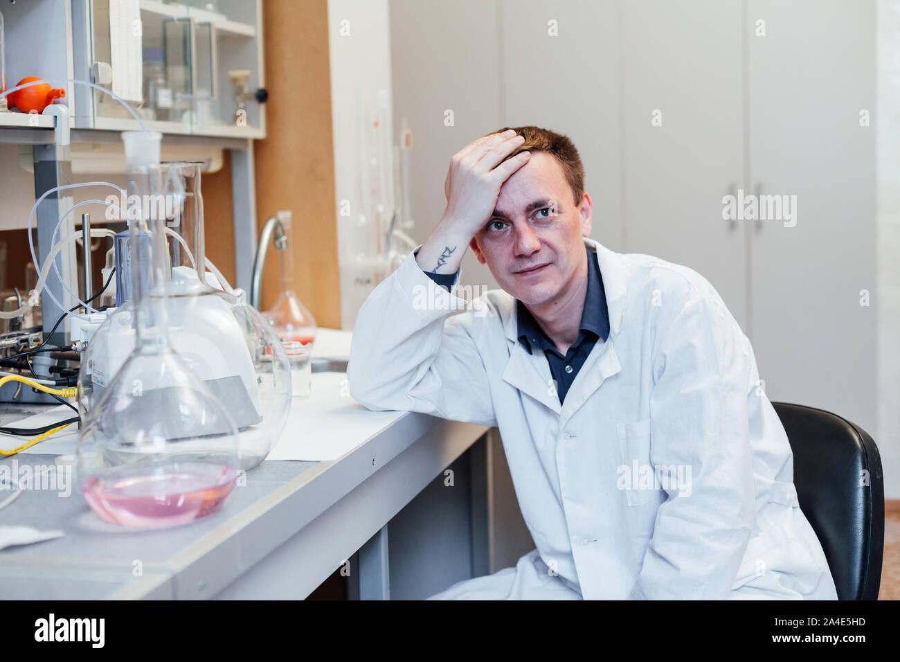 Jeune scientifique dort dans des expériences chimiques de laboratoire Banque D'Images
