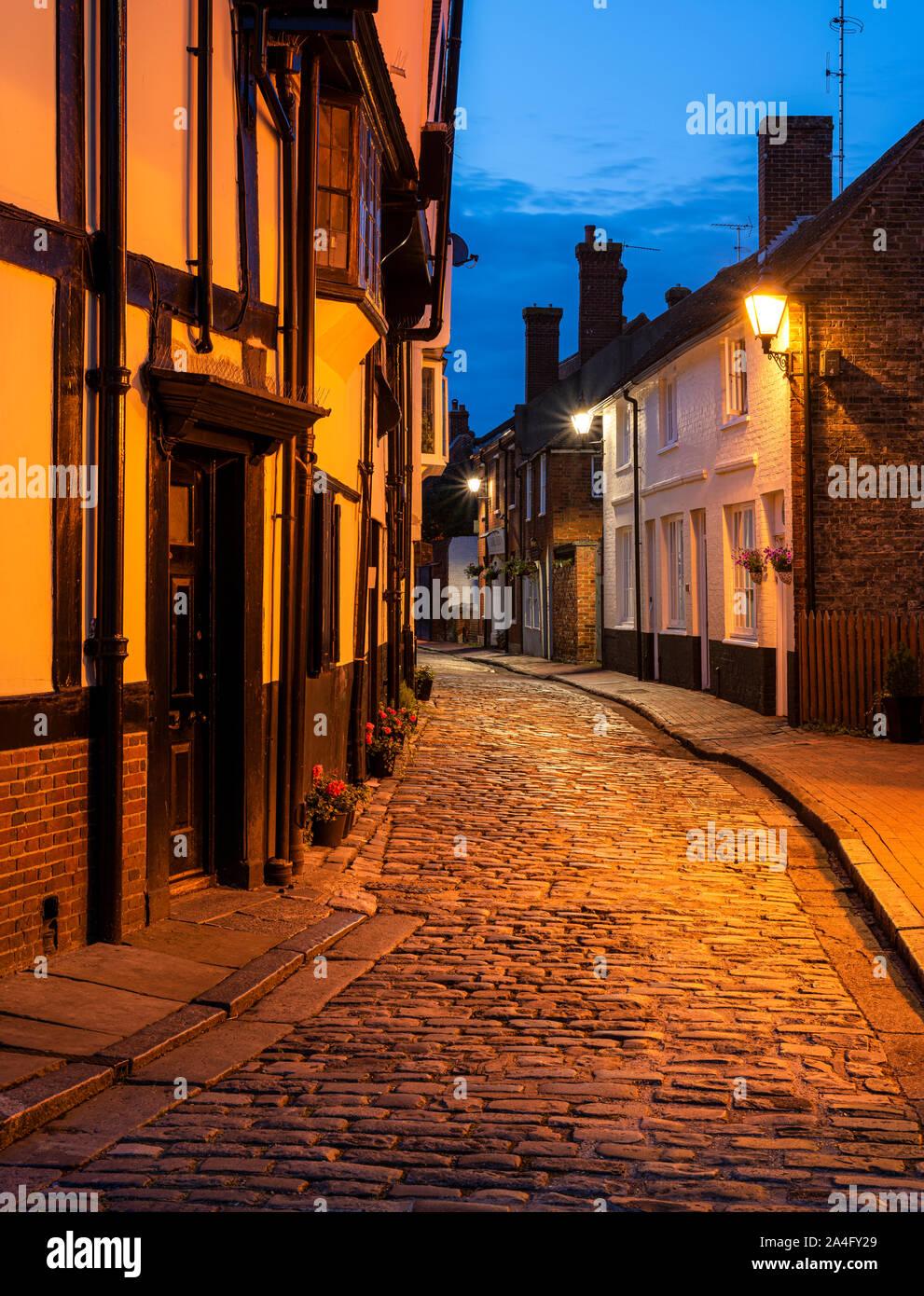 Rues pavées de nuit dans la ville historique de Faversham, Kent. Banque D'Images