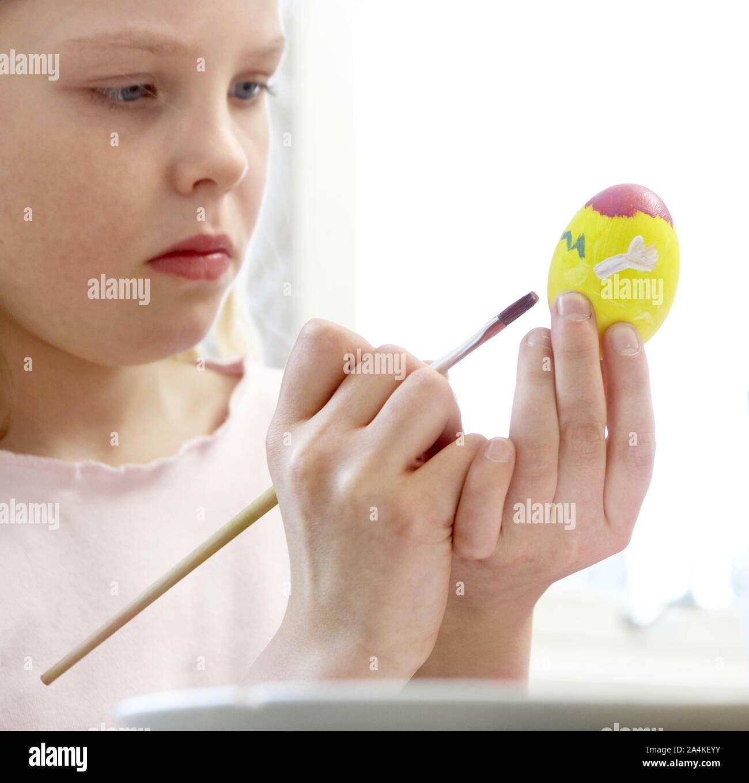 La décoration des oeufs de Pâques - concentration Banque D'Images