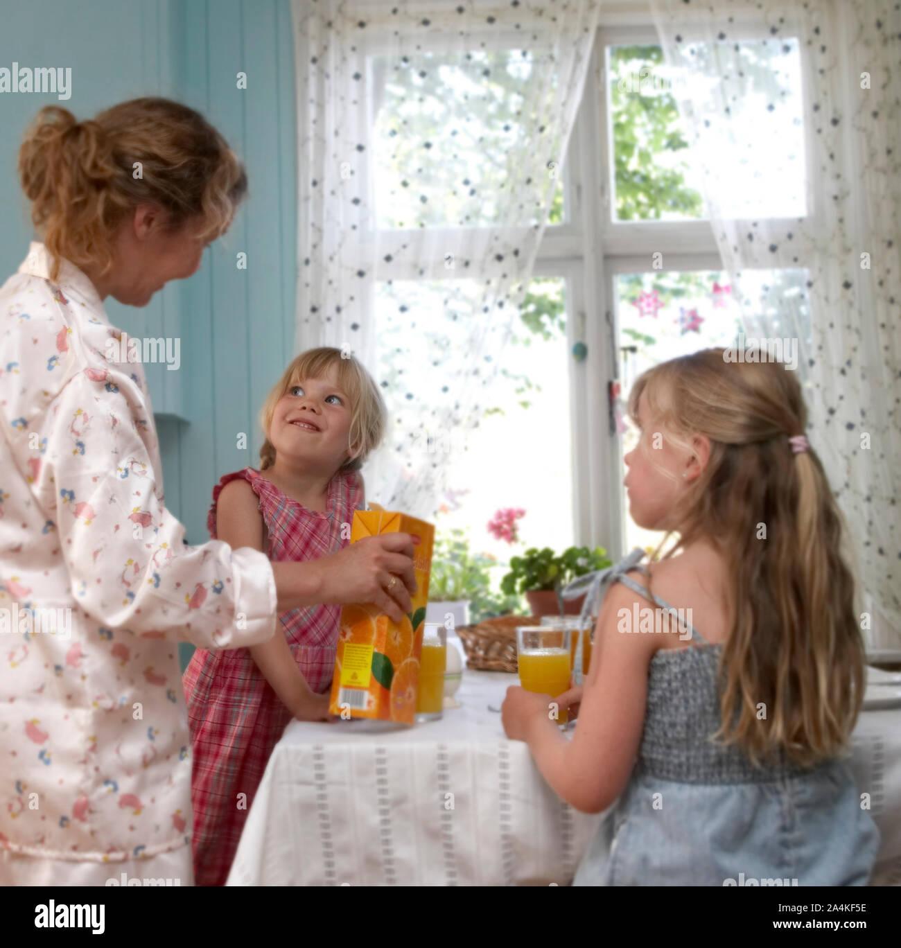 Les enfants ayant le petit déjeuner Banque D'Images