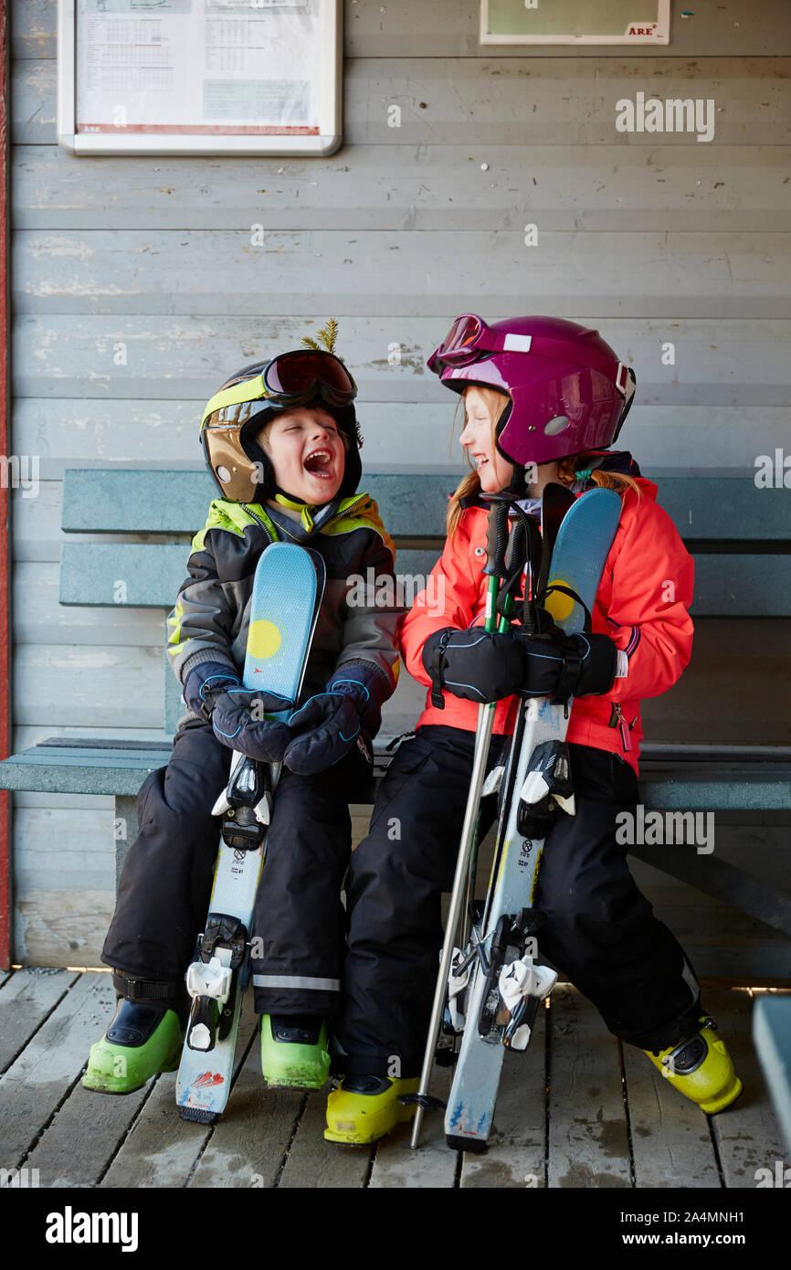 Frère et soeur dans skiwear Banque D'Images