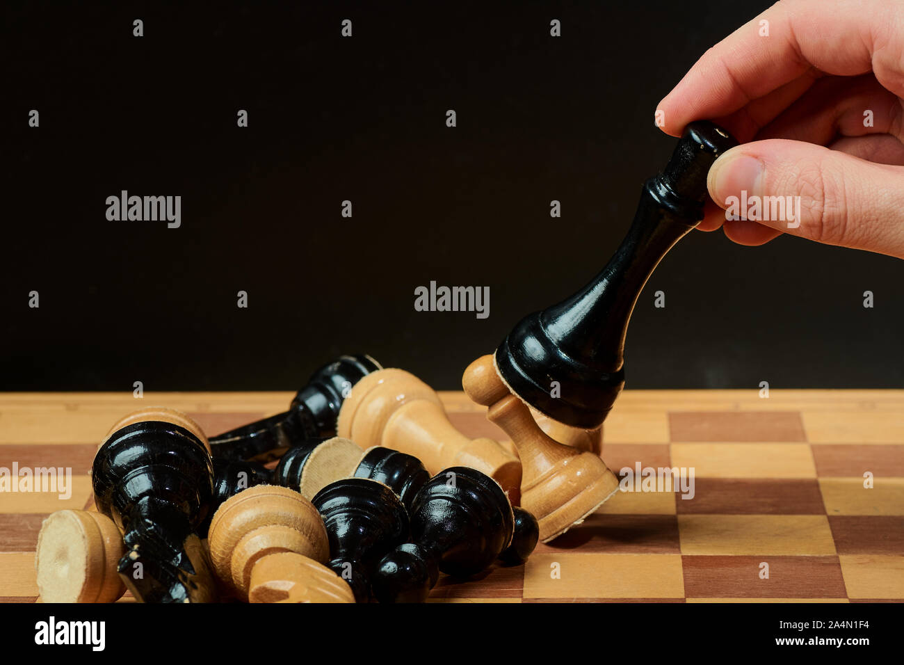 Main de l'homme d'affaires déménagement chess figure dans le succès de la concurrence jouer. stratégie, management ou concept de leadership Banque D'Images