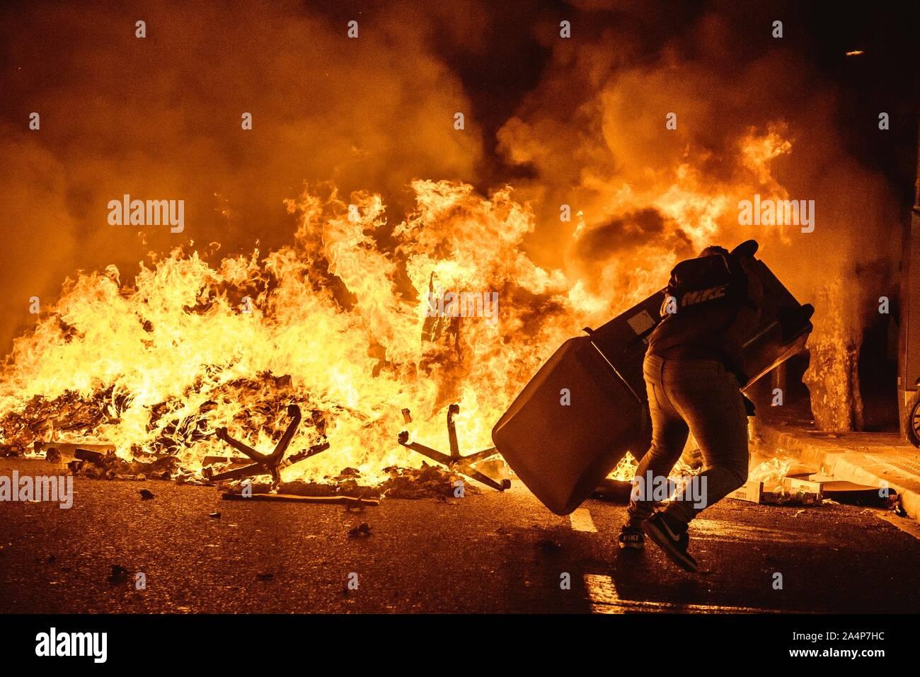 Barcelone, Espagne. 15 Oct, 2019. Burns à Barcelone pour protester contre les séparatistes catalans le deuxième jour, la Cour suprême du jugement du tribunal contre 9 de 12 dirigeants Catalan pour sédition, détournement de fonds publics et desobedience en relation avec un référendum sur la sécession et l'indépendance d'un vote au Parlement Catalan en octobre 2017. Credit: Matthias Rickenbach/Alamy Live News Banque D'Images