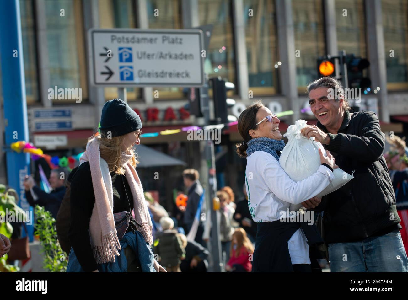 Rébellion d'extinction à Berlin se préparer avec des sacs de sable pour occuper Potsdam Platz, Berlin, Allemagne. Banque D'Images