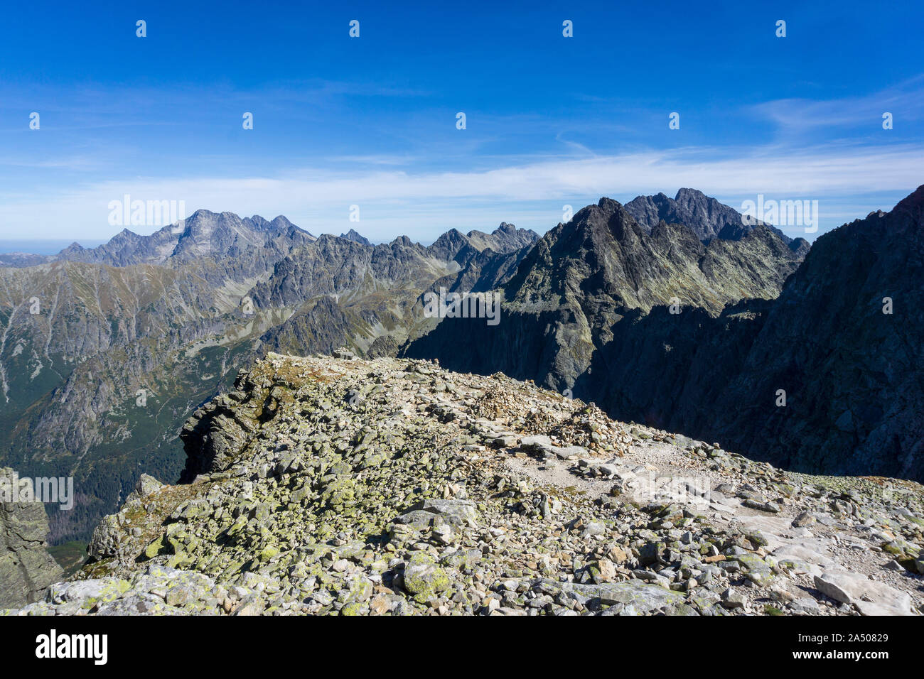 Vue depuis Sedlo Vaha sur Gerlach et d'autres sommets des Hautes Tatras slovaques. Banque D'Images