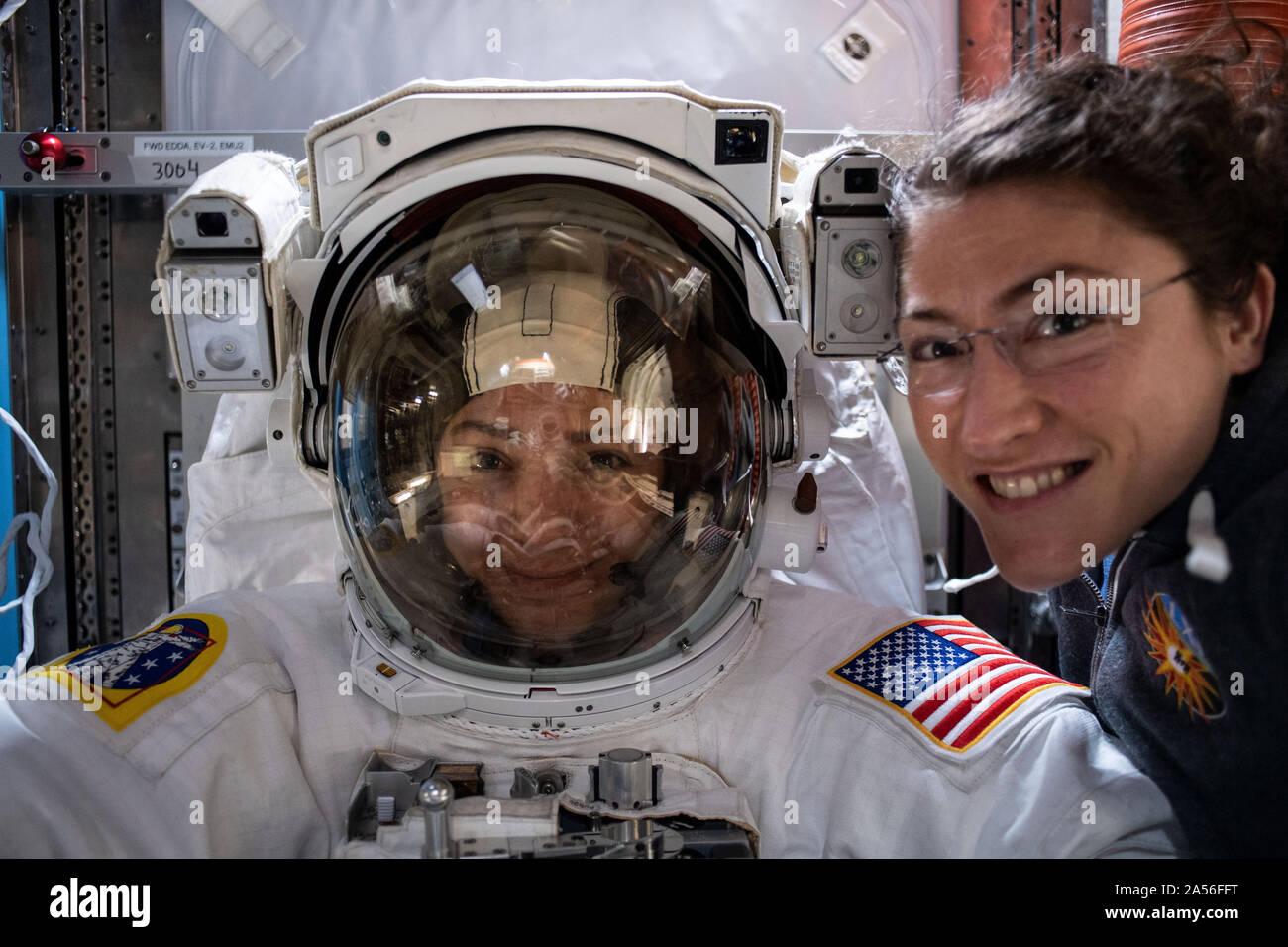 Washington, United States. 18 Oct, 2019. Les astronautes de la NASA Christina Koch (à droite) et ses collègues l'ingénieur de vol de l'Expédition 61 Jessica Meir (photo à l'intérieur d'un scaphandre spatial américain pour un ajustement) posent pour un portrait le 12 octobre 2019. Le duo se prépare pour la Station spatiale internationale, première sortie dans l'exclusivement féminin, prévu pour octobre 18, pour remplacer un contrôleur de puissance sur la poutre P6. Crédit: NASA/UPI UPI/Alamy Live News Banque D'Images