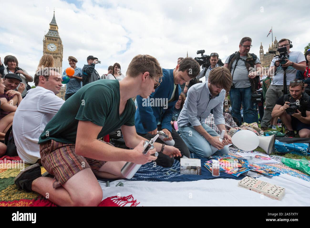 La place du parlement, Londres, Royaume-Uni. 1er août 2015. Environ 50 militants pro substance psychoactive se rassembler à la place du Parlement à Londres à l'inhaler l Banque D'Images