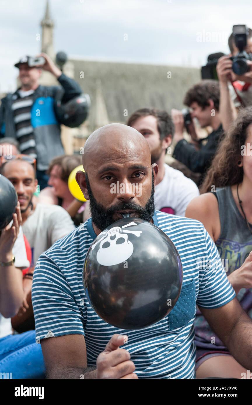 La place du parlement, Londres, Royaume-Uni. 1er août 2015. Environ 50 militants pro substance psychoactive se rassembler à la place du Parlement à Londres d'inhaler nitrou Banque D'Images