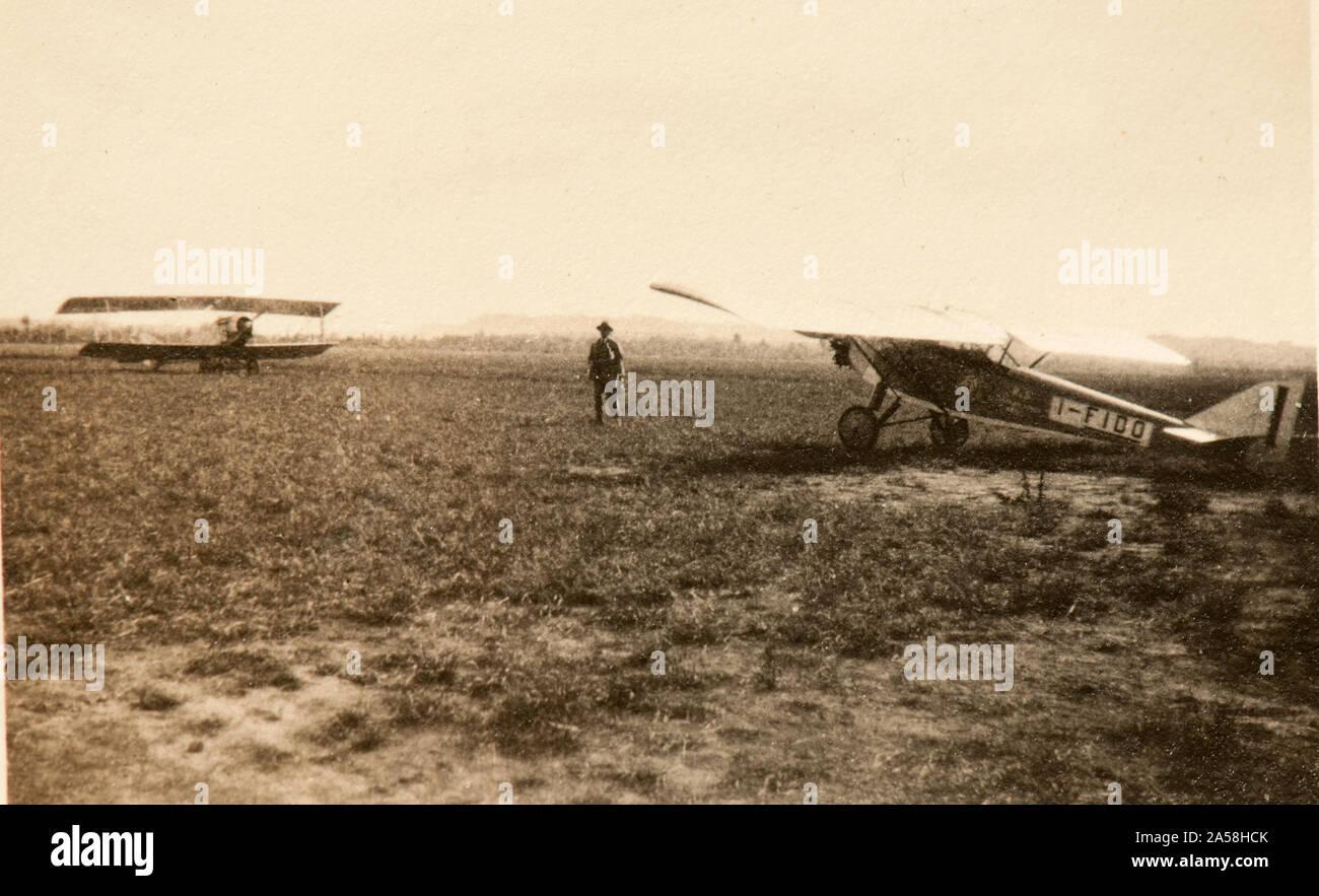 Deux avions dans un aérodrome non identifié (probablement en Italie, Milan) Taliedo. le plus proche est un imam Ro-5 bis (1929) Banque D'Images
