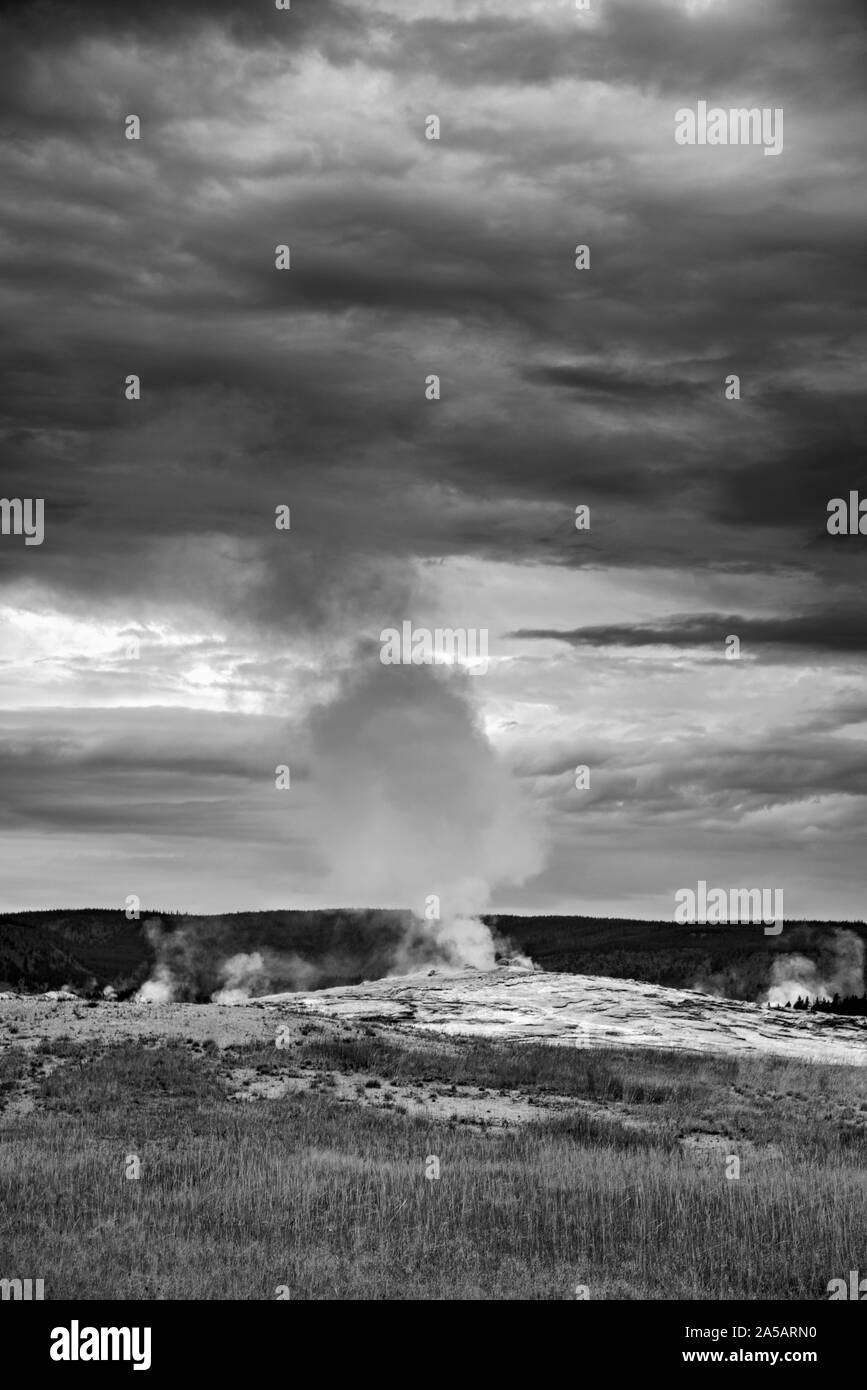 L'augmentation de vapeur haut hors de geyser thermique froid sous ciel nuageux. Banque D'Images