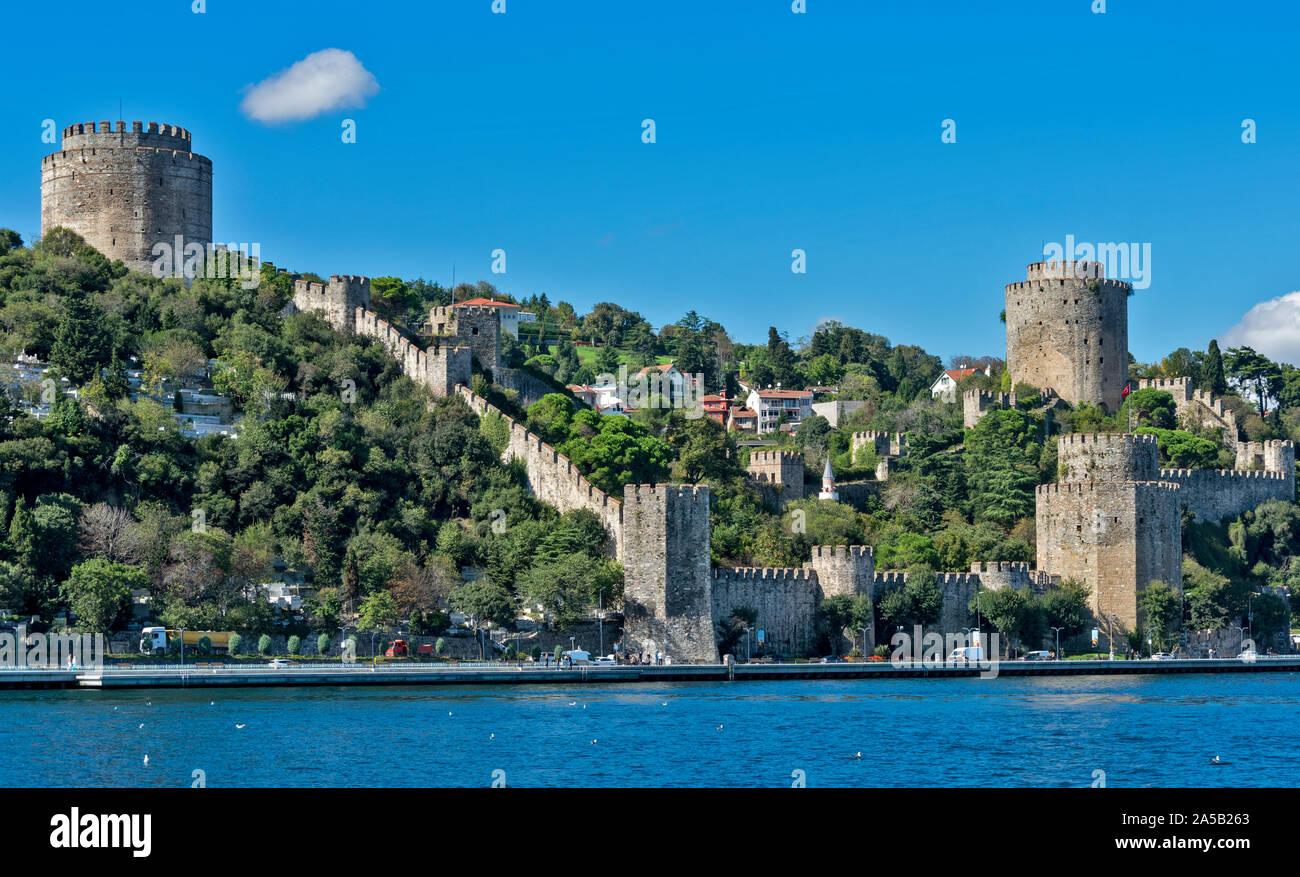 ISTANBUL Turquie RUMELIHISARI RUMELIAN CHÂTEAU une forteresse médiévale sur les rives du Bosphore et maisons à l'INTÉRIEUR DES MURS Banque D'Images