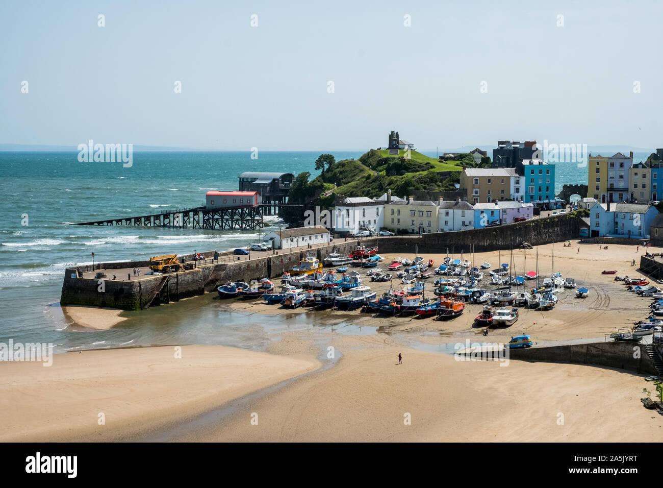 Portrait de maisons, plage de sable fin et du port de Tenby, Pembrokeshire, Pays de Galles, Royaume-Uni. Banque D'Images