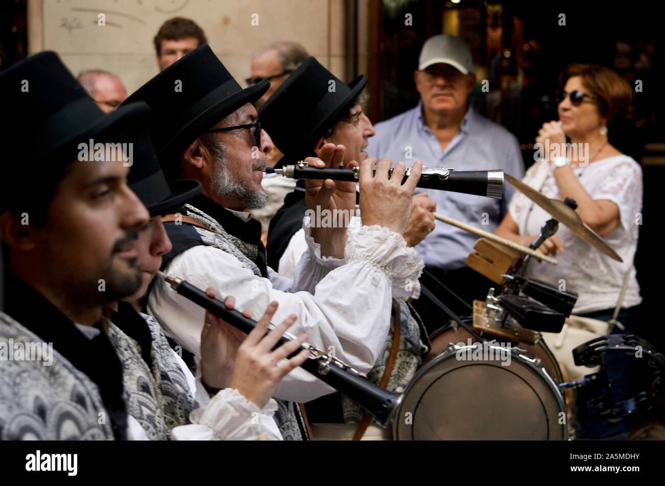 Les hommes jouant des instruments les géants défilent lors du Festival 2019 La Merce à Plaça de Sant Jaume de Barcelone, Espagne Banque D'Images