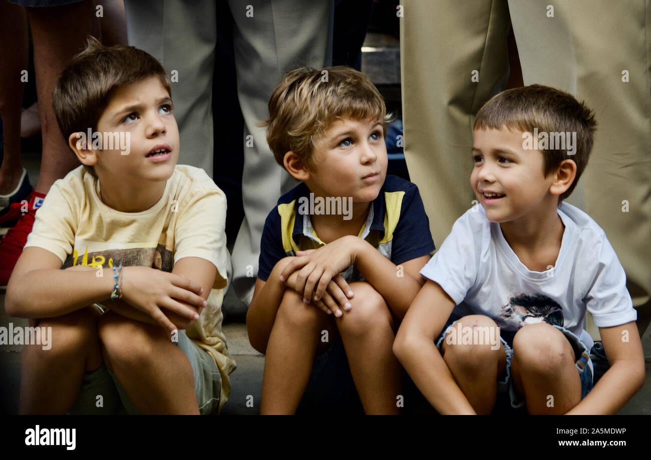 Les garçons à regarder la parade de géants au cours de la Merce 2019 Festival à Plaça de Sant Jaume de Barcelone, Espagne Banque D'Images