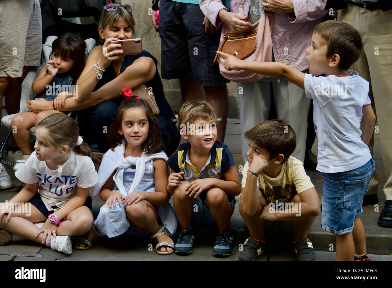Les enfants de regarder la parade de géants au cours de la Merce 2019 Festival à Plaça de Sant Jaume de Barcelone, Espagne Banque D'Images