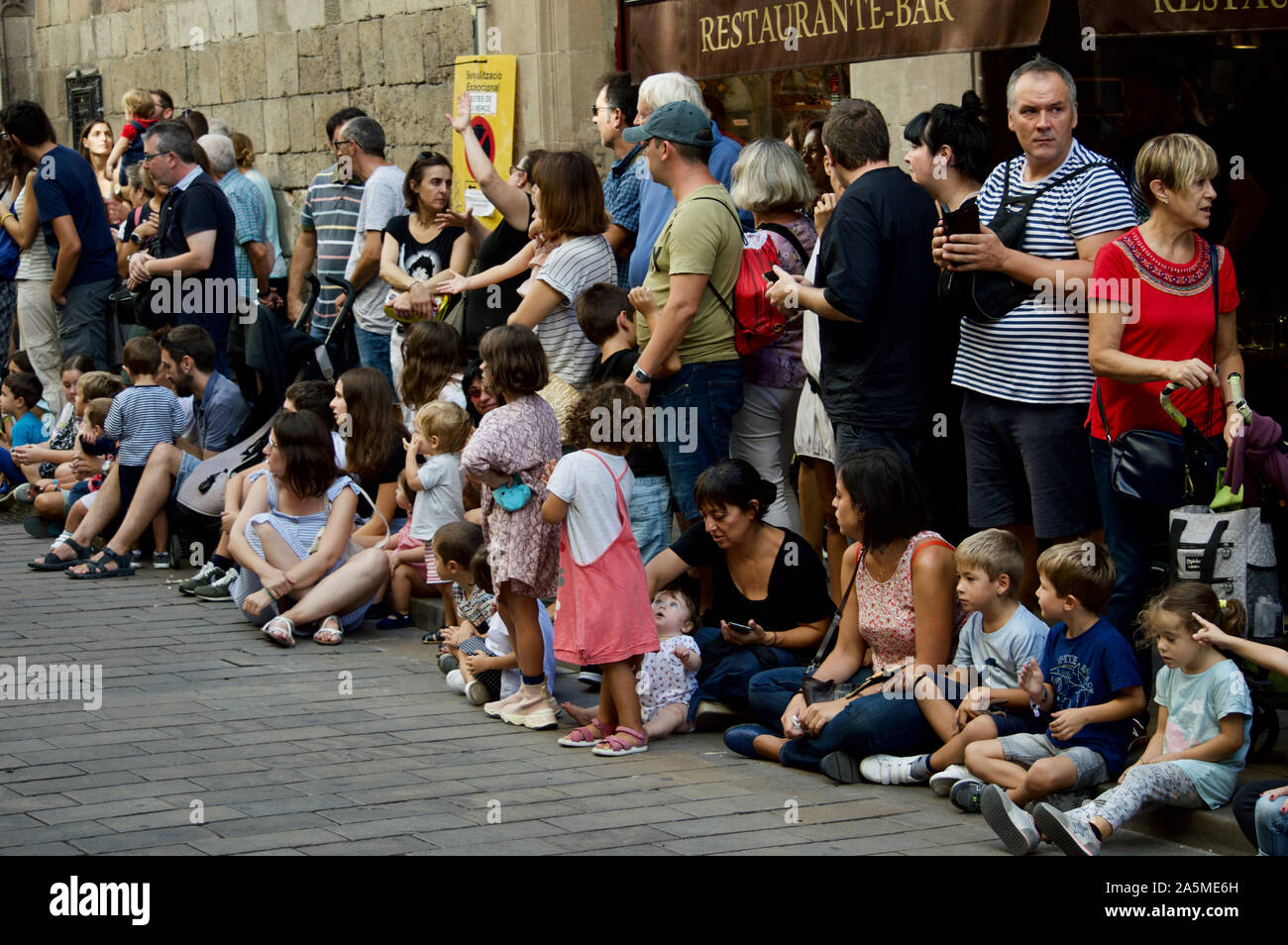 Les gens qui regardent les géants défilent lors du Festival 2019 La Merce à Plaça de Sant Jaume de Barcelone, Espagne Banque D'Images