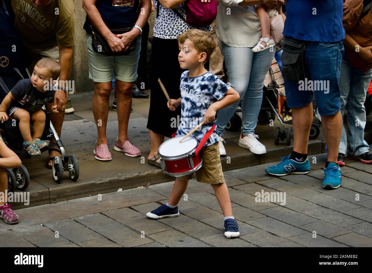 Un garçon jouant un tambour au défilé des géants lors de la Merce 2019 Festival à Plaça de Sant Jaume de Barcelone, Espagne Banque D'Images