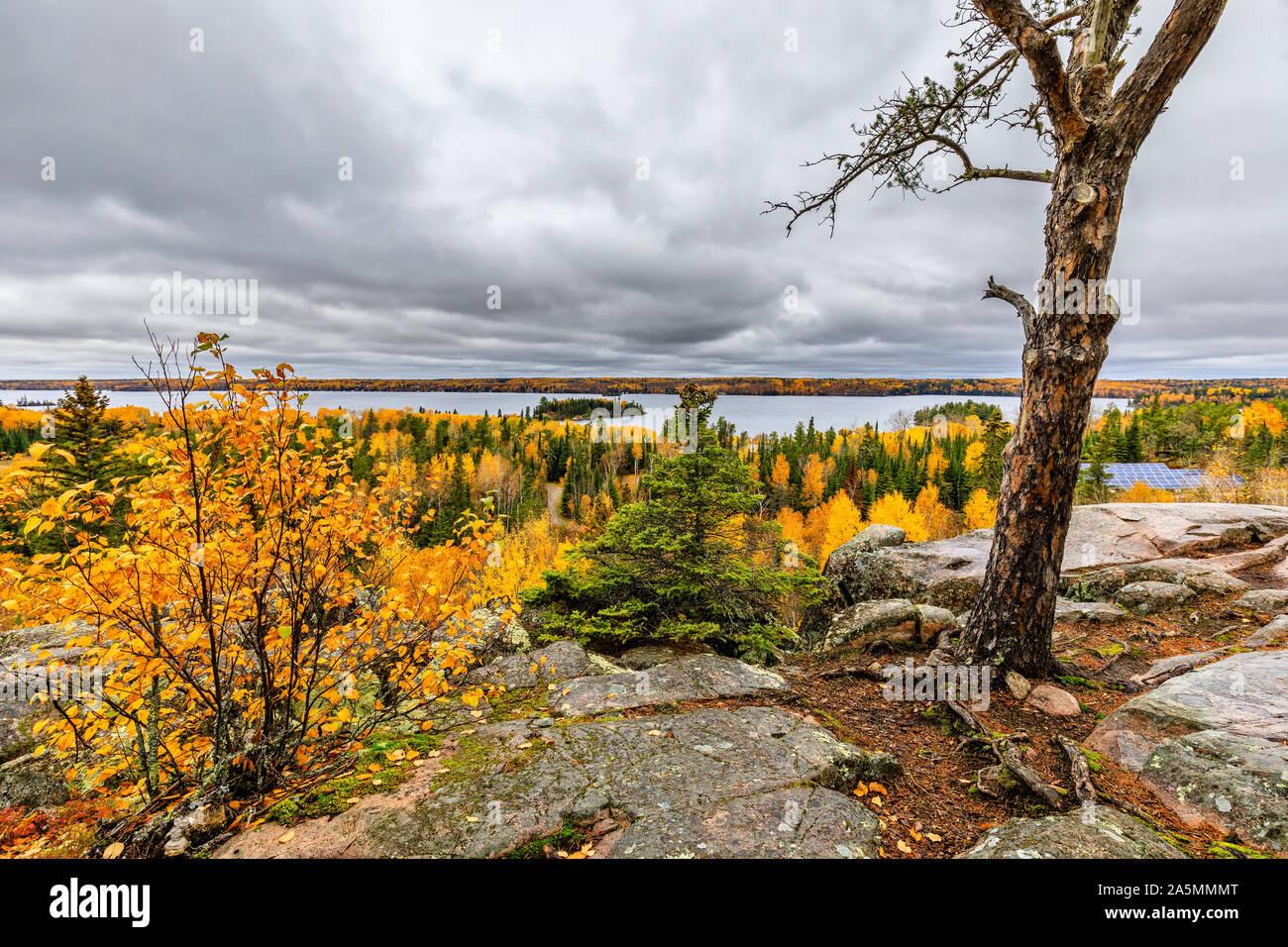 Haut du monde donnent sur la piste, à l'automne, le parc provincial du Whiteshell, Manitoba, Canada. Banque D'Images