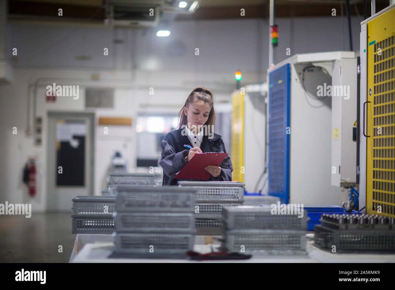 Installation industrielle avec un ingénieur femme Banque D'Images