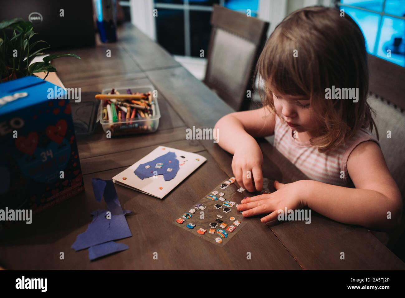 Jeune fille faisant une carte Banque D'Images