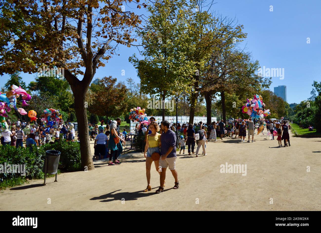 Les gens marcher dans le parc de la Citadelle au cours de la Merce 2019 à Barcelone, Espagne Banque D'Images